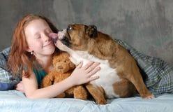 女孩和她的狗 库存图片