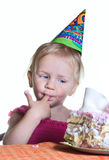 女孩和她的生日蛋糕 免版税库存照片