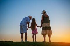女孩和她的祖父母 库存照片