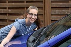 女孩和她的第一辆汽车 免版税库存照片