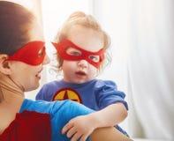 女孩和妈妈超级英雄服装的 免版税库存图片