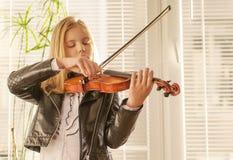 女孩和小提琴 库存图片