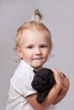 女孩和小狗 免版税库存照片