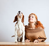 女孩和小猎犬 免版税图库摄影