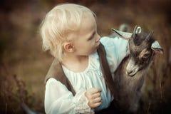 女孩和山羊 免版税库存图片