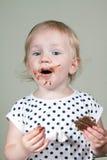 女孩和巧克力 免版税图库摄影