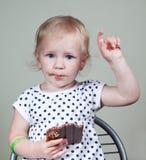 女孩和巧克力 免版税库存照片