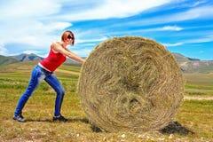 女孩和干草捆 免版税库存照片