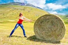 女孩和干草捆 免版税库存图片