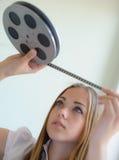 女孩和影片 免版税库存图片