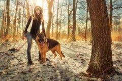 女孩和德国牧羊犬 免版税库存照片