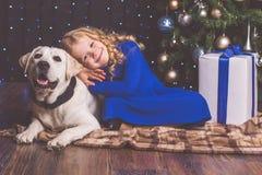 女孩和拉布拉多狗,圣诞节概念 免版税图库摄影
