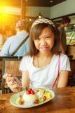 女孩和果子乳酪蛋糕 免版税库存照片