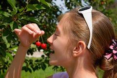 女孩和樱桃 库存图片