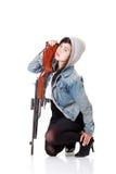 女孩和步枪 免版税库存图片