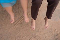 女孩和母亲脚放松 免版税图库摄影