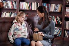 女孩和母亲财政冲突  免版税库存图片