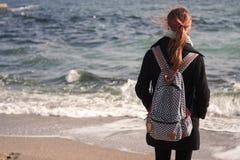 女孩和海运 免版税库存照片