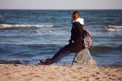 女孩和海运 免版税库存图片