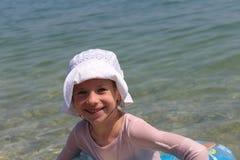 女孩和海 免版税库存图片
