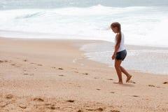 女孩和海 免版税库存照片