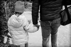 女孩和爸爸手藏品 免版税图库摄影