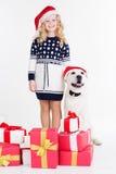 女孩和狗在有礼物的演播室 免版税库存照片