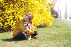 女孩和狗 免版税图库摄影