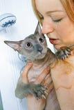 女孩和猫在阵雨 免版税库存照片