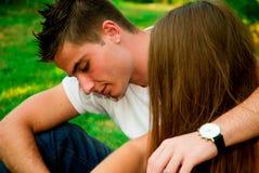 女孩和男孩在公园 免版税库存图片