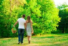 女孩和男孩在公园 免版税图库摄影