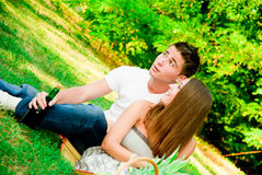女孩和男孩在公园 免版税库存照片