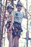 女孩和男孩在冒险公园 免版税库存图片