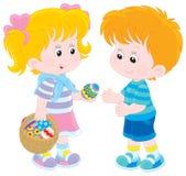 女孩和男孩在复活节天 库存照片