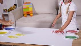 女孩和男孩在本文留下他们的handprints,慢动作 影视素材