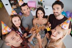 女孩和男孩庆祝生日 他们喝从玻璃的香槟并且获得乐趣 库存照片