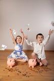 女孩和男孩投掷的钞票 库存图片