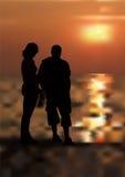 女孩和男孩海滩的 免版税库存照片