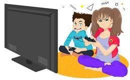 女孩和男孩演奏比赛控制台并且笑,当坐地板时 打电视比赛的兄弟和姐妹 年轻人稀土 皇族释放例证