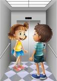 女孩和男孩谈话在电梯里面 免版税库存图片