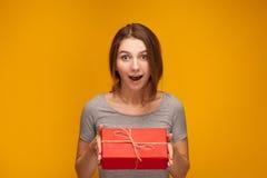 女孩和礼物 免版税库存图片