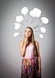 女孩和空白的讲话泡影 库存图片