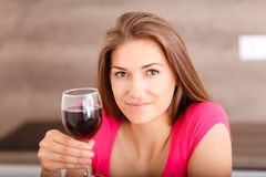 女孩和红葡萄酒的画象 免版税库存图片