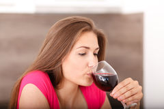 女孩和红葡萄酒的画象 免版税库存照片