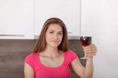 女孩和红葡萄酒的画象 图库摄影
