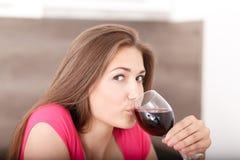 女孩和红葡萄酒的画象 库存图片