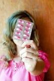 女孩和胶囊 免版税库存照片