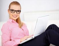 女孩和膝上型计算机 免版税库存照片