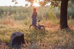 女孩和自行车 库存图片