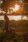 女孩和自行车 免版税库存照片